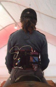 Die Gewichtsverteilung im Sattel wurde per Satteldruckmessung überprüft. Die Reiter trugen dafür einen Datenlogger, der mit der Messmatte verkabelt war. Foto-Copyright: Hampson