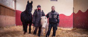 Das Pferdevilla-Chef-Team: Sonja und Andy Schmid mit zweien ihrer Pferde.