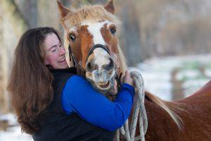 Kristina Pelikan und Haflinger Masha (33): Das tolle Pärchen erzählt im Blog FREUNDPFERD, wie man alte Pferde fit hält. Foto: Pelikan
