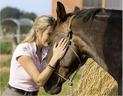 Bei Dr. Tuuli Tietze ist die gute Beziehung zum Pferd die Basis für relterliche Harmonie. Foto: Schendzielorz/Kosmos