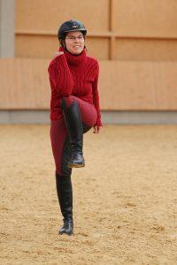 Sonja Kutter, Trainerin auf dem Josenhof im bayerischen Rot an der Rot, demonstriert den Hopserlauf. Foto: Wiemer