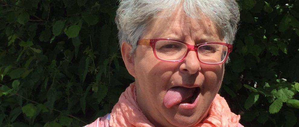 Lockerungsübungen für Reiter: Reitlehrerin Sibylle Wiemer zeigt, wie Reiter die Zunge lockern.