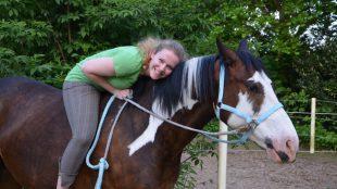 Das Pferd passt perfekt, die Hose nicht: Reithosen-Gewinnern Celine auf ihrem polnischen Warmblut Pathos (6).