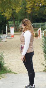 """Gina macht auch am Boden und bei der Stallarbeit eine gute Figur in der Plus-Size-Reithose """"Elly""""- Foto: Priss"""