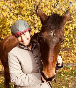 Maya und ich freuen uns auf eure Erfahrungsberichte zur Reithelm-Passform! Foto: Felsinger