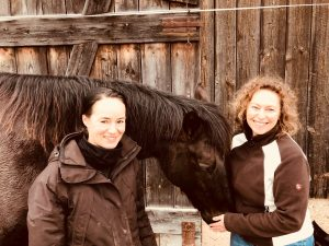 Heucobs-Test-Team: Meine Freundin Silke Sigle und ich, Christine Felsinger, zusammen mit Barnaby, der viel Spaß beim Schlabbern und Knabbern hatte. Foto: Felsinger/FREUNDPFERD.de