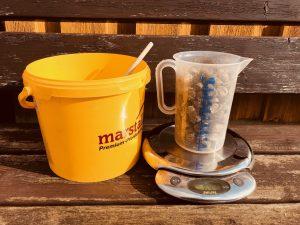 Equipment für den Heucobs-Test: Mit Messbecher, Küchenwaage und Holzlöffel gingen wir ans Werk. Foto: Felsinger/FREUNDPFERD.de