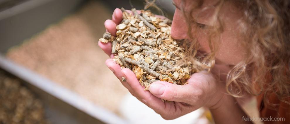 Kraft-Probe: Reiter riechen gerne selbst am Müsli, ehe sie es ihren Pferden füttern.