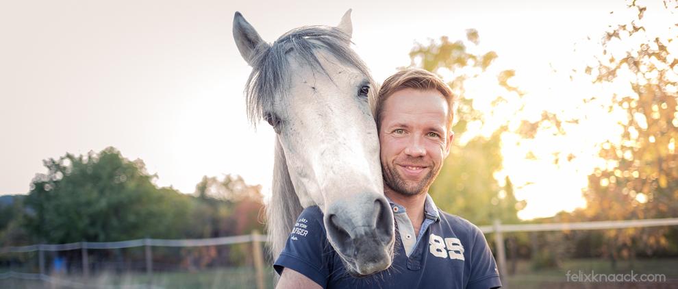 Pferd El Viento und Fotograf Felix Knaack.
