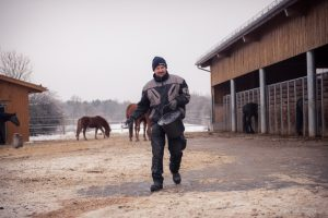 Streuen im Paddock ist im Winter wichtig, sonst vereist das Pflaster und wird rutschig.