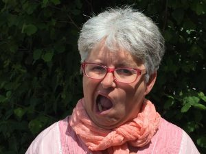 Lockerungsübungen für Reiter: Reitlehrerin Sibylle Wiemer zeigt, wie Reiter den Kiefer lockern.