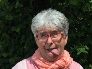 Lockerungsübungen für Reiter: Reitlehrerin Sibylle Wiemer zeigt, wie Reiter die Kopfgelenke lockern.