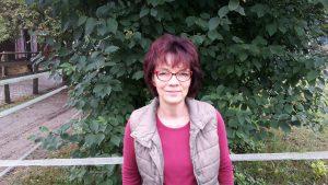 Sabine Jördens vom Arbeitskreis Kreuzkraut setzt sich seit 2007 dafür ein, dass Kreuzkräuter auf Pferdeweiden bekämpft werden. Foto: Jördens