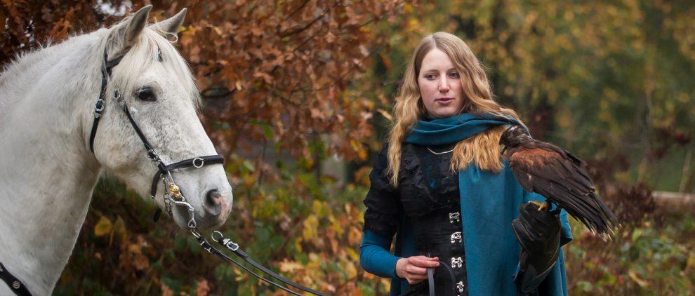 Frauke mit Falke und Andalusier Chiron, einem ihrer Reitbeteiligungspferde. Foto: privat