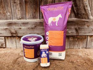 Bierhefe, Leinöl, Apfeltrester: Das sind die Hauptwirkstoffe im Zusatzfutter Granutop, das den Pferdedarm gesund halten soll. Foto: Felsinger