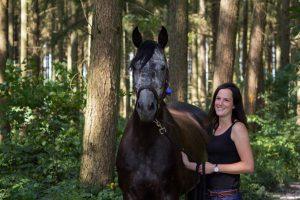 Liv und ihr Pferd Jimber: Die beiden gehen in ihrem Reitverein mit gutem Vorbild voran und tragen Helm, sobald Liv im Sattel sitzt. Foto: privat