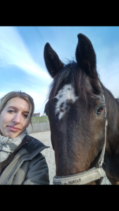 Sabrina Stienekemeier und Tim, der Holsteiner-Opi: Seit 14 Jahren hat er Kotwasser, das sich im Test deutlich reduzieren ließ. Foto: privat